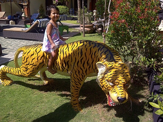 images_cute_girl_sitting_on_tiger