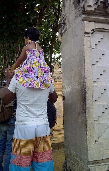 shaye_sitting_on_dad_shoulders